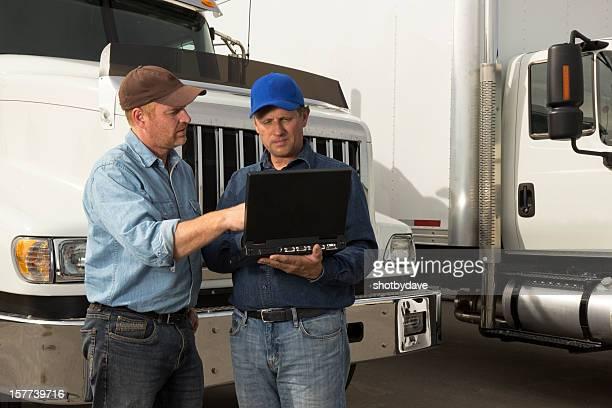 LKW-Fahrer und Laptop