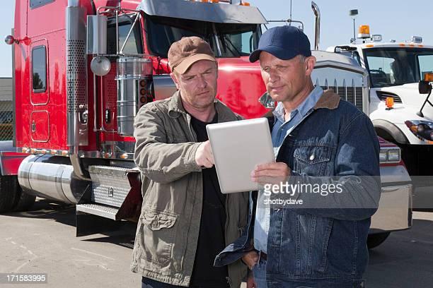 LKW-Fahrer und Tablet-PCs