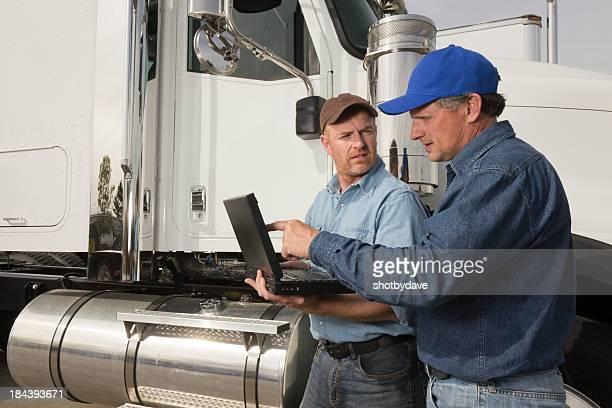LKW-Fahrer auf einen Laptop