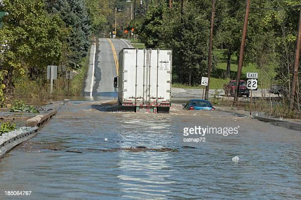 Camion affectés par des inondations au-dessus de l'eau