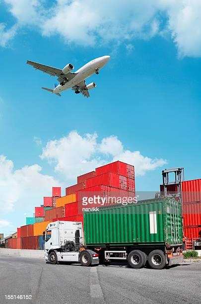 Camions avec conteneurs et avion volant