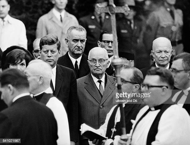 Truman Harry S *08051884Staatspraesident USA mit Praesident Kennedy dessen Ehefrau Jackie LB Johnson und Eisenhower bei der Beisetzung von Eleanor...