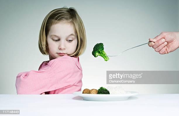 Essayer d'obtenir un jeune femme manger ses Greens