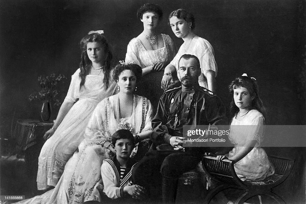 Tsar Nicholas II of Russia with his wife, Alexandra of Hesse-Darmstadt, and her daughters, Ol'ga, Tat'jana, Marjia e Anastasia and Aleksej. 1913
