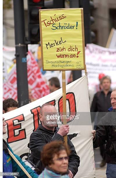 Tschüss Schröder Merkel zieh dich warm an fordert ein Demonstrant anlässlich des Sternmarsches gegen die neue Regierung gegen Hartz IV und...