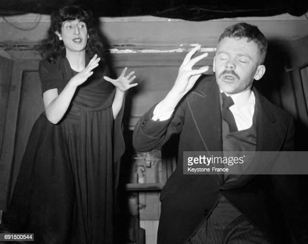 Tsilla Shelton élève du mime Marceau et François Martin dans la pièce de Charles Spaak mise en scène par Jacques Mauclair au Théâtre du Quartier...