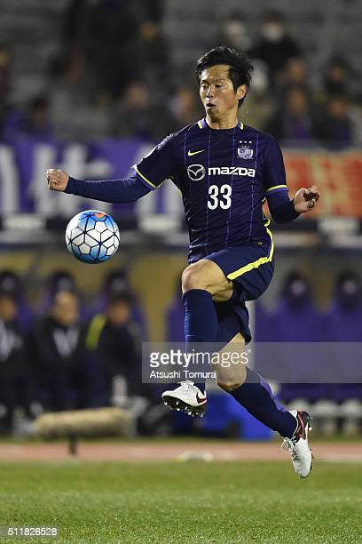 Tsukasa Shiotani of Sanfrecce Hiroshima controls the ball during the AFC Champions League Group F match between Sanfrecce Hiroshima and Shandong...