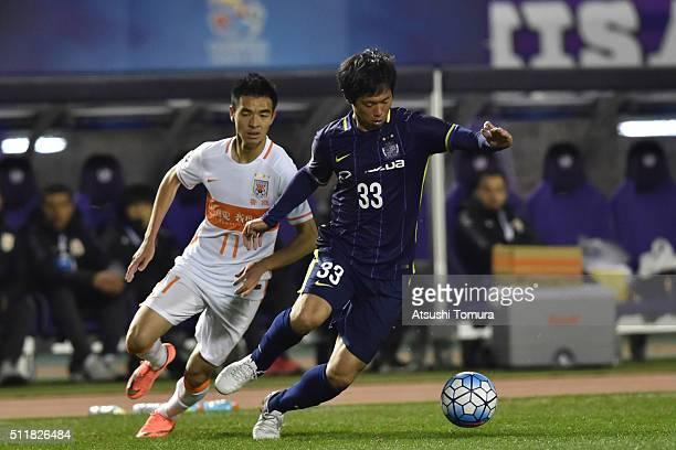 Tsukasa Shiotani of Sanfrecce Hiroshima runs with the ball during the AFC Champions League Group F match between Sanfrecce Hiroshima and Shandong...
