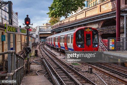 Tube Train Arrives at Farringdon Station : Foto de stock