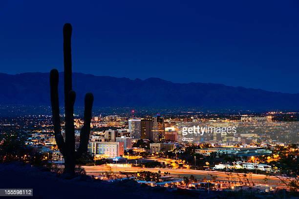 Tucson Arizona de nuit Entouré de cactus saguaro et les montagnes