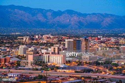 La ville de Tucson, en Arizona, la ville et les montagnes de Santa Catalina, au crépuscule