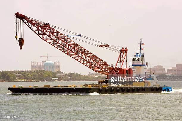 TIR, grue et Barge
