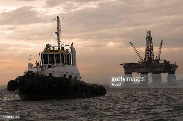 タグボートと石油プラットフォーム