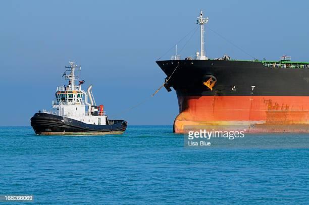 Schlepper ziehen Industriell genutztes Schiff