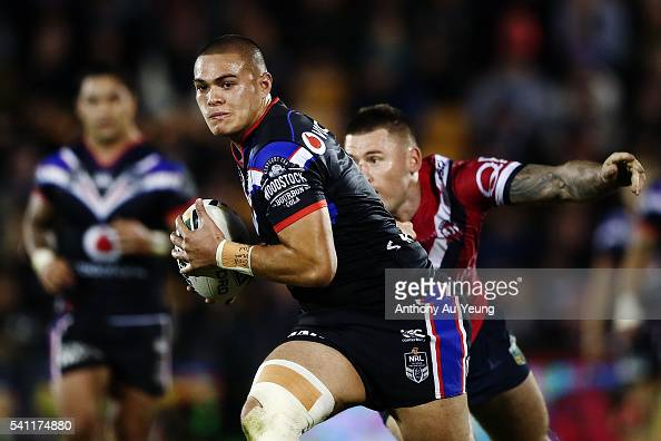 Tuimoala Lolohea of the Warriors beats the tackle from Shaun KennyDowall of the Roosters during the round 15 NRL match between the New Zealand...