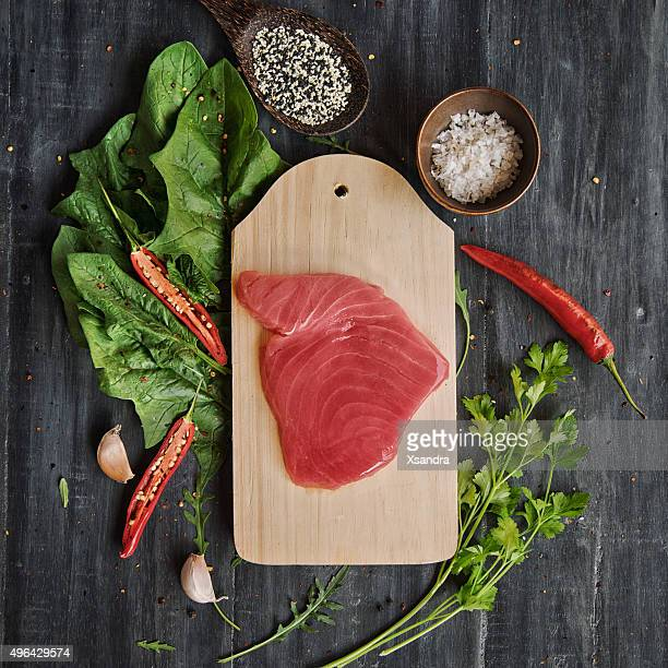 Tuna steak with greens and spices