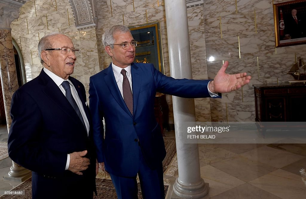 Tunisian President Beji Caid Essebsi (L) greets French National Assembly's President Claude Bartolone ahead of a meeting at the Carthage Palace in the capital Tunis, on April 29, 2016. Bartolone is on a two day official visit to Tunisia. / AFP / FETHI