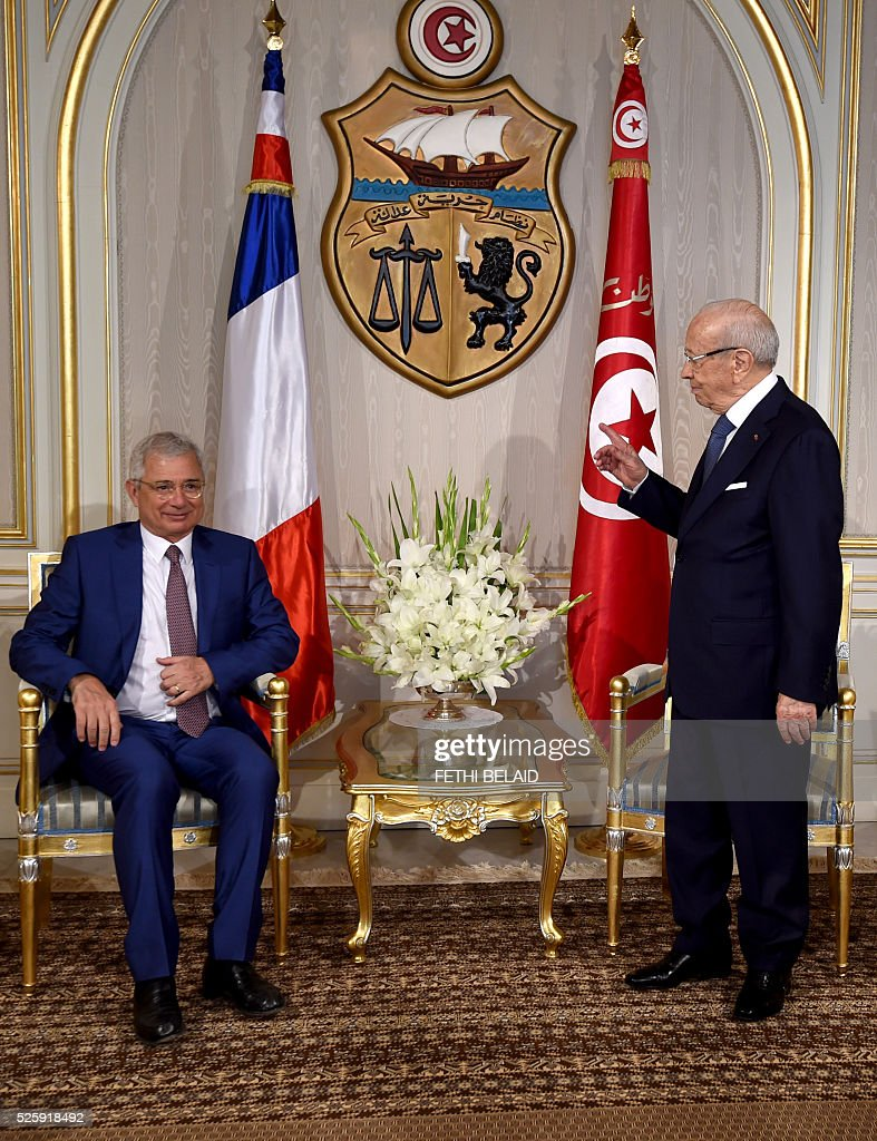 Tunisian President Beji Caid Essebsi (R) greets French National Assembly's President Claude Bartolone ahead of a meeting at the Carthage Palace in the capital Tunis, on April 29, 2016. Bartolone is on a two day official visit to Tunisia. / AFP / FETHI