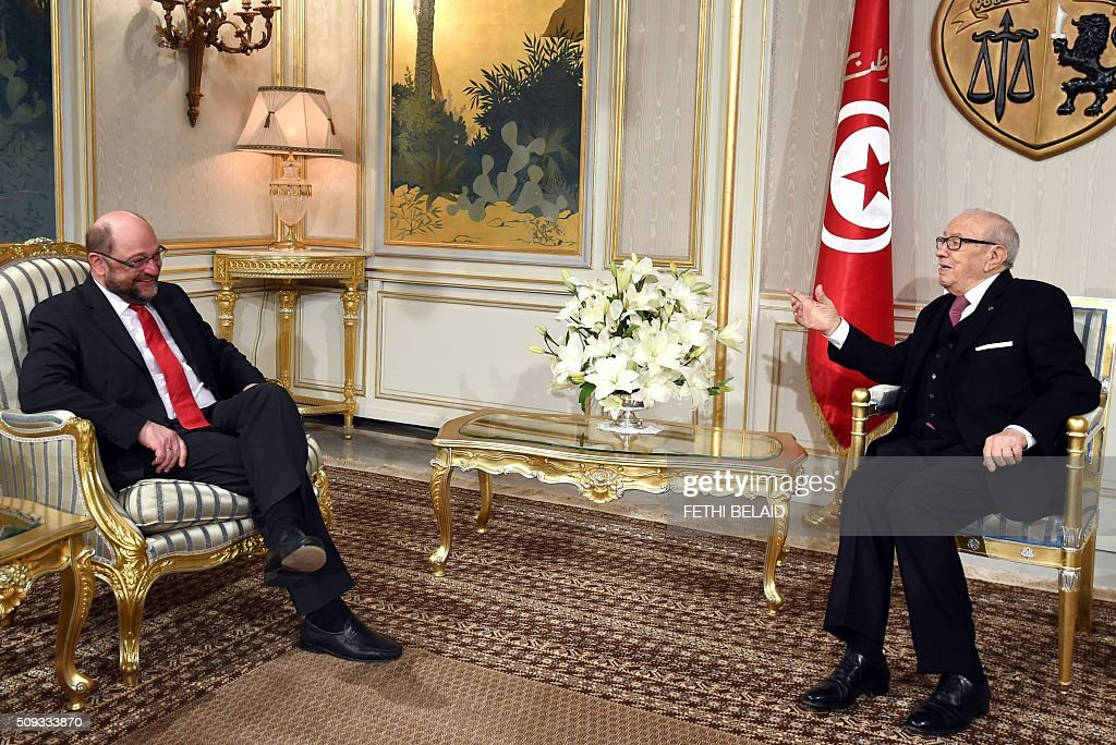 Tunisian President Beji Caid Essebsi (R) meets with European Parliament President Martin Schulz at the Carthage Palace in Tunis on February 10, 2016. Schulz in on the final day of his three-day visit to Tunisia. / AFP / FETHI BELAID
