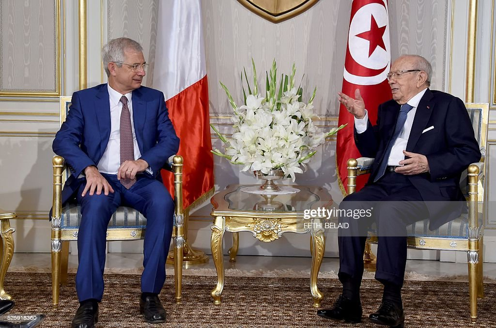 Tunisian President Beji Caid Essebsi (R) talks to French National Assembly's President Claude Bartolone during a meeting at the Carthage Palace in the capital Tunis, on April 29, 2016. Bartolone is on a two day official visit to Tunisia. / AFP / FETHI