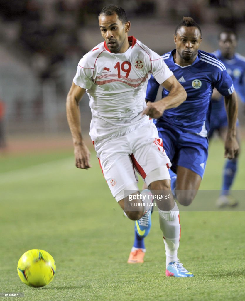 Tunisia's striker Saber Khalifa (L) runs with the ball in front of Sierra Leone's forward Sheriff Suma (R) during their FIFA 2014 World Cup qualifying match on March 23, 2013 at the Rades stadium in Tunis. Tunisia won 2-1.