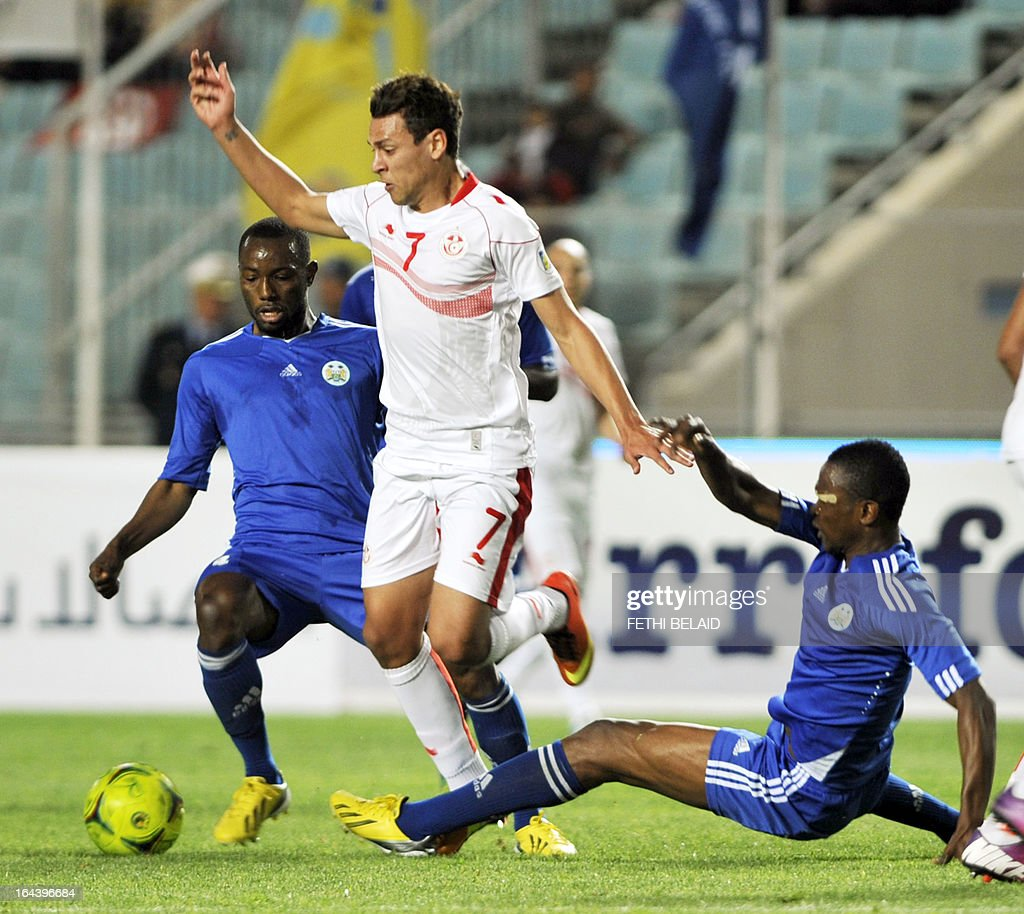 Tunisia's striker Youssef Msakni (C) vies for the ball with Serra Leone's Sheriff Suma (R) and Rodney Strasser (L) during their FIFA 2014 World Cup qualifying match on March 23, 2013 at the Rades stadium in Tunis. Tunisia won 2-1.