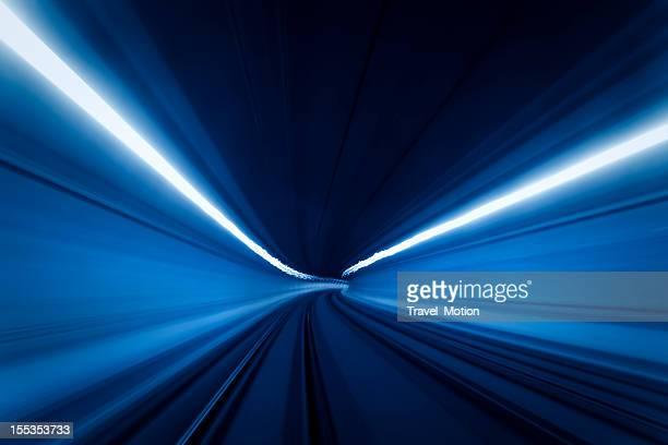 トンネル高速の動きの光跡