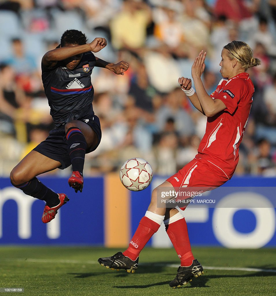 FFC Turbine Potsdam's defender Babett Peter (R) vies with Olympique Lyonnais's forward Elodie Thomis during their Final women's Champions League football match at Coliseum Alfonso Pérez on May 20, 2010 in Getafe.