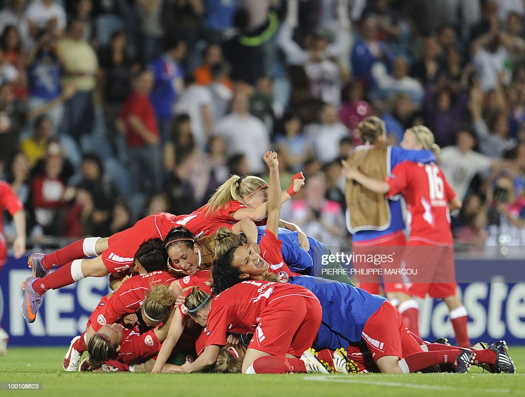 FFC Turbine Potsdam's football players celebrate after wining their UEFA women's Final Champions League football match against Olympique Lyonnais at Coliseum Alfonso Pérez on May 20, 2010 in Getafe.