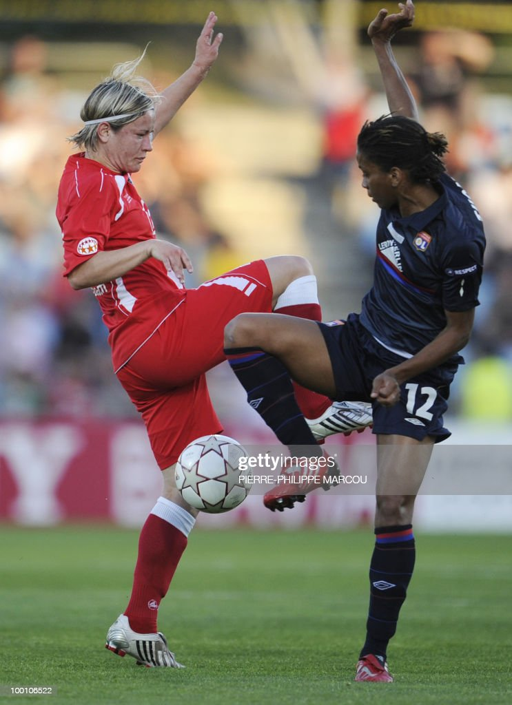 FFC Turbine Potsdam's midfielder Jennifer Zietz (L) vies with Olympique Lyonnais' forward Élodie Thomis during their Final women's Champions League football match at Coliseum Alfonso Pérez on May 20, 2010 in Getafe.
