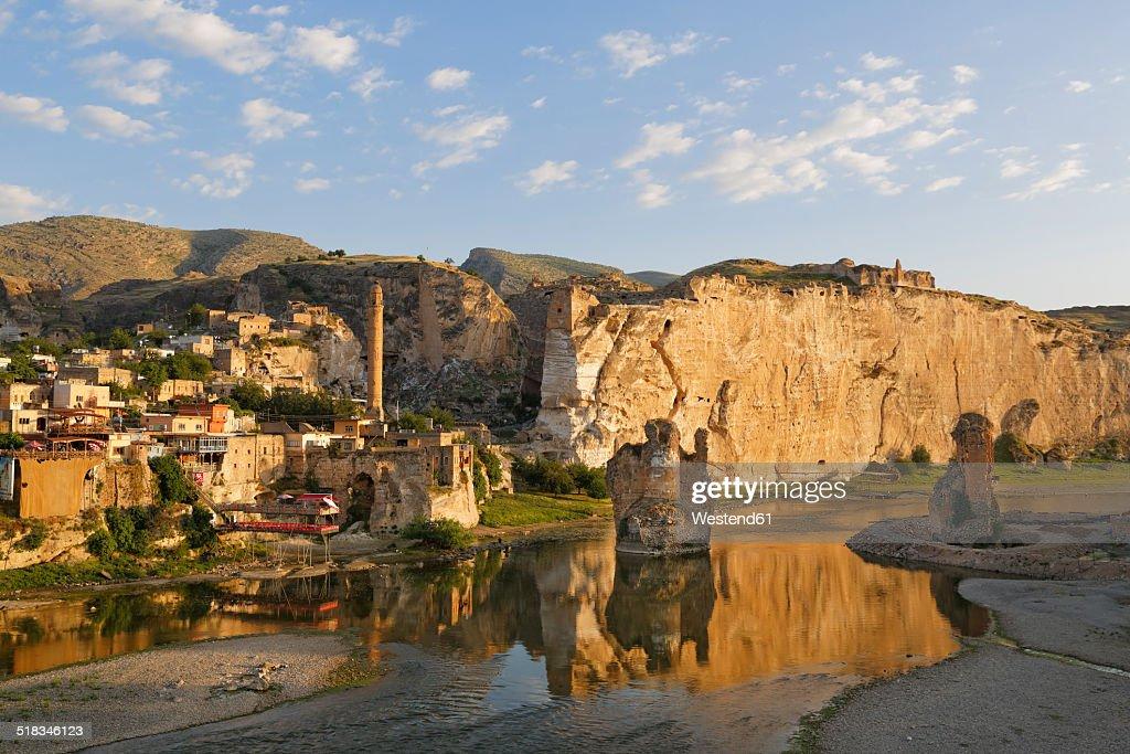 Turkey, Anatolia, Hasankeyf, River Tigris and townscape