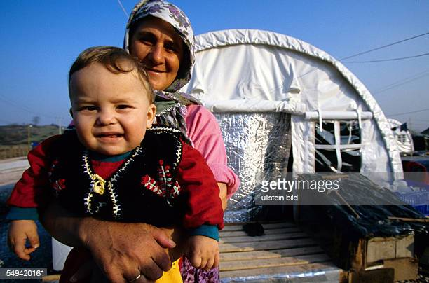 TUR Turkey Mittelmeer Adapazari After the earthquake A grandmother with her grandchild in a shakedown a tent city in Adapazari