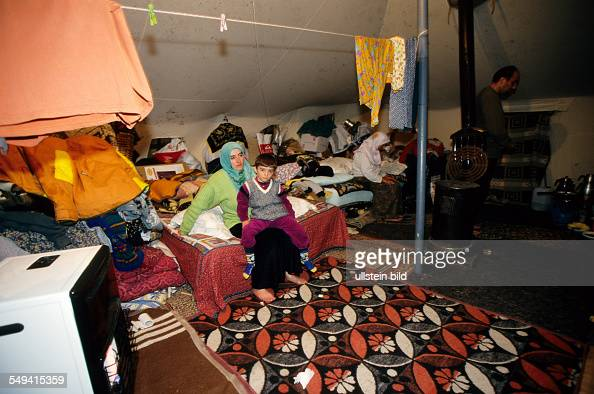 TUR Turkey Mittelmeer Duezce After the earthquake A mother with her daughter in their provisional accommodation/tent Kaynasil near Dueze