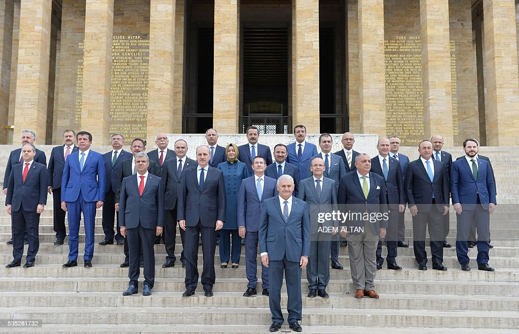 Turkey Prime Minister Binali Yildirim (C) and ministers of the new cabinet pose for a photo in front of the mausoleum of Turkey's first president-Mustafa Kemal Ataturk on May 29, 2016 in Ankara. Turkey's new government led by a staunch ally of President Recep Tayyip Erdogan easily passed a confidence vote in the country's parliament on May 29, the speaker announced after the vote. Binali Yildirim, who replaced Ahmet Davutoglu as prime minister last week, was backed by 315 parliamentarians while 138 voted against, parliament speaker Ismail Kahraman said after the ballot. / AFP / ADEM