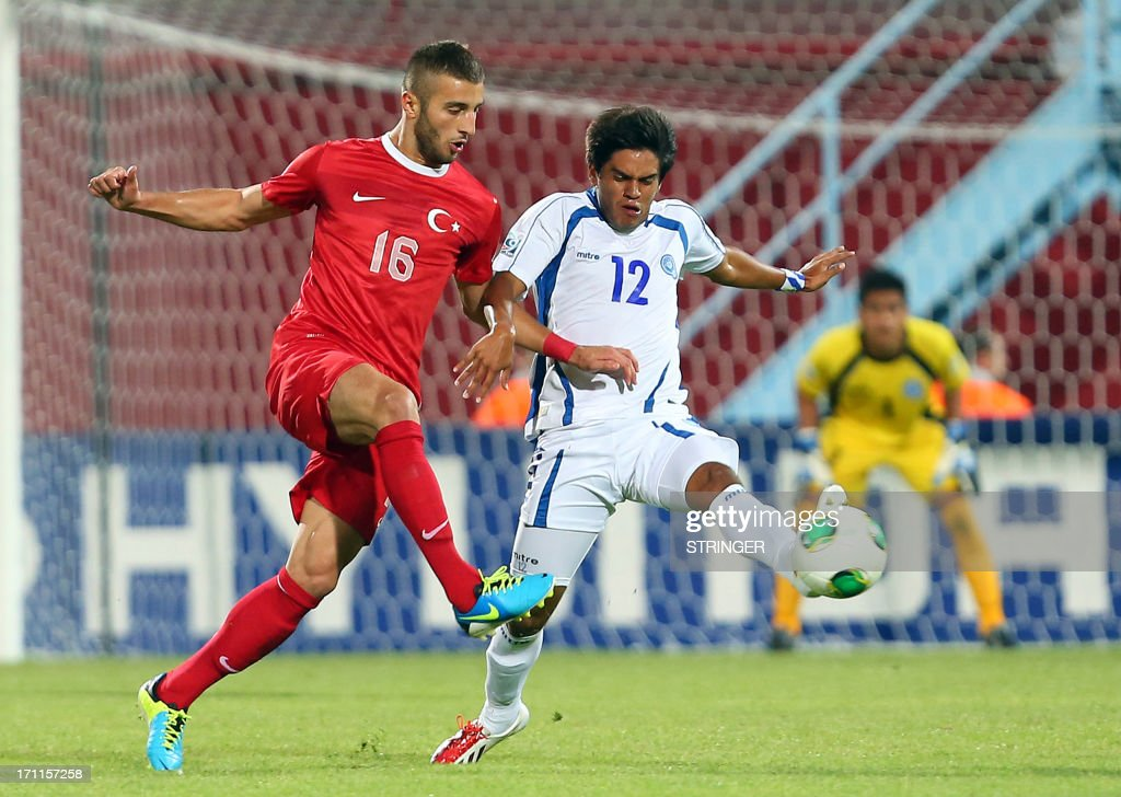 Turkey's Alpaslan Ozturk (L) vies for the ball with El Salvador's Kevin Barahona (R) the group stage football match between Turkey and El Salvador at the FIFA Under 20 World Cup at the Avni Aker stadium in Trabzon on June 22, 2013. AFP PHOTO / TURKPIX