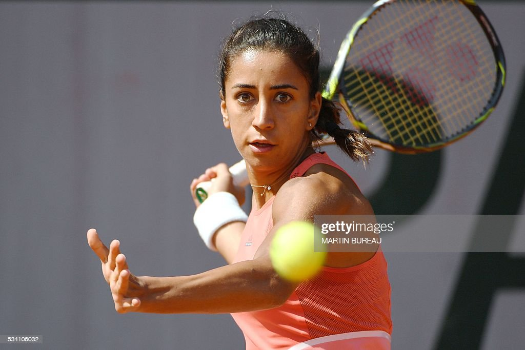 Turkey's Cagla Buyukakcay returns the ball to Russia's Anastasia Pavlyuchenkova during their women's second round match at the Roland Garros 2016 French Tennis Open in Paris on May 25, 2016. / AFP / MARTIN