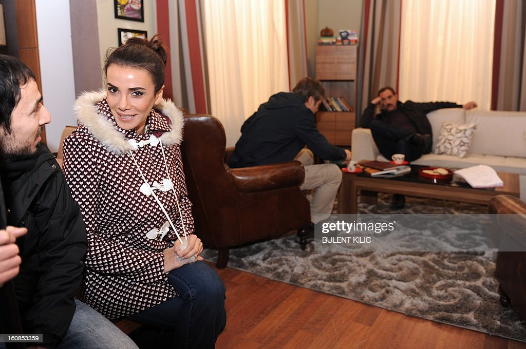 Turkish actress Songul Oden (2L) chats during an interview on February 6, 2013, in Istanbul. Oden played in ''Gumus'' (Silver), a popular Turkisk TV drama, launched in 2005 and whose final episod was watched by over 85 million people from Morocco to Syria. AFP PHOTO/BULENT KILIC