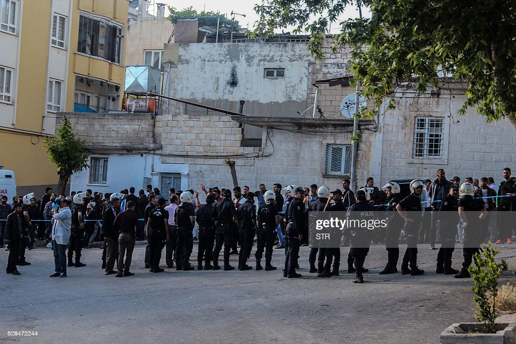 Turkish anti riot police block the site after a rocket hit a house on May 5, 2016 in Kilis. One person was killed and seven more wounded when rockets fired from Syria slammed into the Turkish border region of Kilis, which has been regularly targeted by jihadists this year, the Dogan news agency said. / AFP / STR