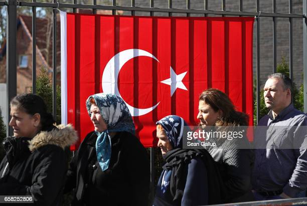Turkish citizens line up outside the Turkish consulate to cast their votes in the Turkish referendum on March 27 2017 in Berlin Germany Voting...