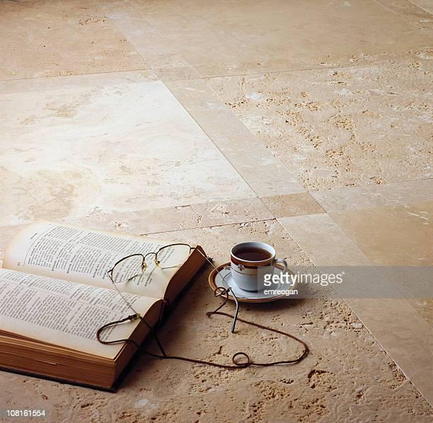 Café turc, livre avec des lunettes de lecture sur un sol en marbre