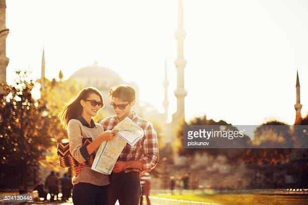 Casal turco utilização mapa de Papel