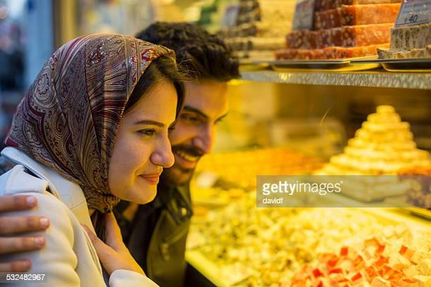 ターキッシュデライトショッピングハッピーカップルイスタンブールのイスラム教徒