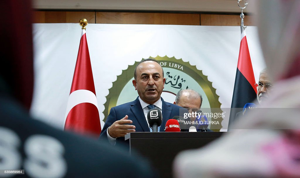 Turkish Foreign Minister Mevlut Cavusoglu (C) speaks during a press conference following a meeting with Libyan Prime Minister of the UN-backed unity government, in the capital Tripoli, on May 30, 2016. / AFP / MAHMUD