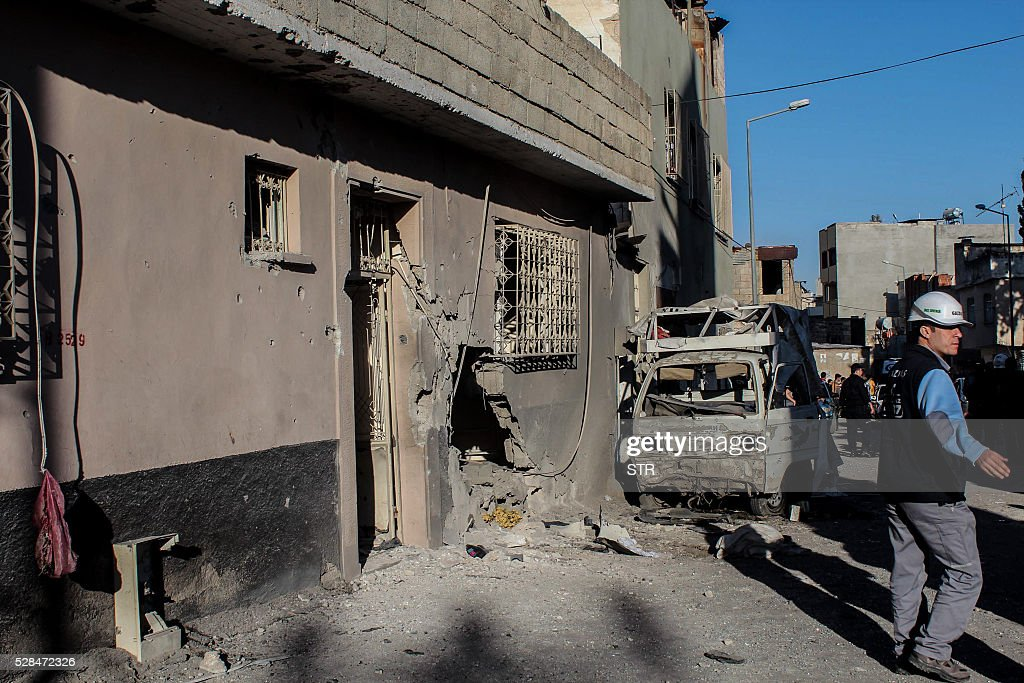 Turkish officials work at the site after a rocket hit a house on May 5, 2016 in Kilis. One person was killed and seven more wounded when rockets fired from Syria slammed into the Turkish border region of Kilis, which has been regularly targeted by jihadists this year, the Dogan news agency said. / AFP / STR