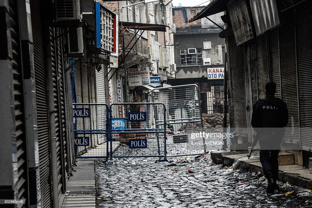 Wellsville (NY) United States  City pictures : Turkish police officer patrols a street in the historical Sur ...