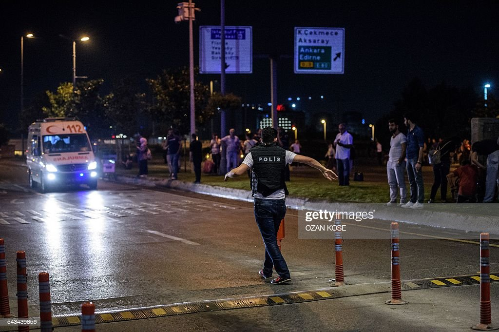 A Turkish police officer sets up a security perimeter outside the Ataturk airport in Istanbul, on June 28, 2016, after two explosions followed by gunfire hit the Turkey's biggest airport, killing at least 28 people and injured 20. All flights at Istanbul's Ataturk international airport were suspended on June 28, 2016 after a suicide attack left at least 10 people dead and 20 others wounded, Turkish television stations reported. / AFP / OZAN