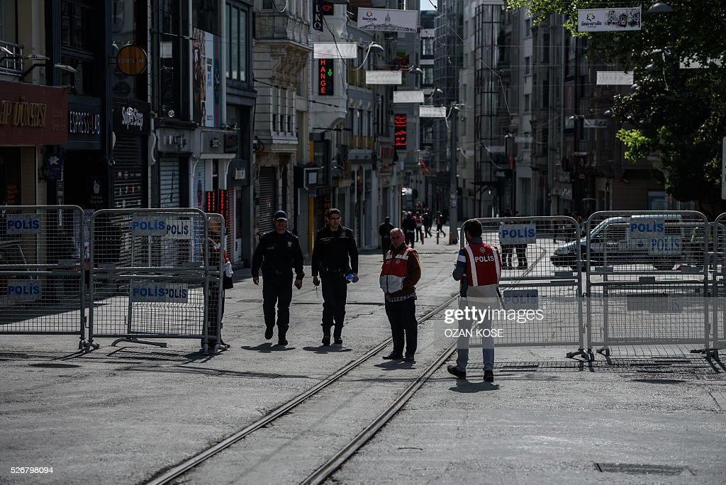 Turkish police officers stand guard as they block the Istiklal avenue in Taksim, a district of Istanbul during a May Day rally on May 1, 2016 in Istanbul. Turkish labour activists and leftists marked the annual May Day holiday, with thousands of security deployed and bracing for trouble after the authorities refused to allow protests in central Taksim Square. / AFP / OZAN