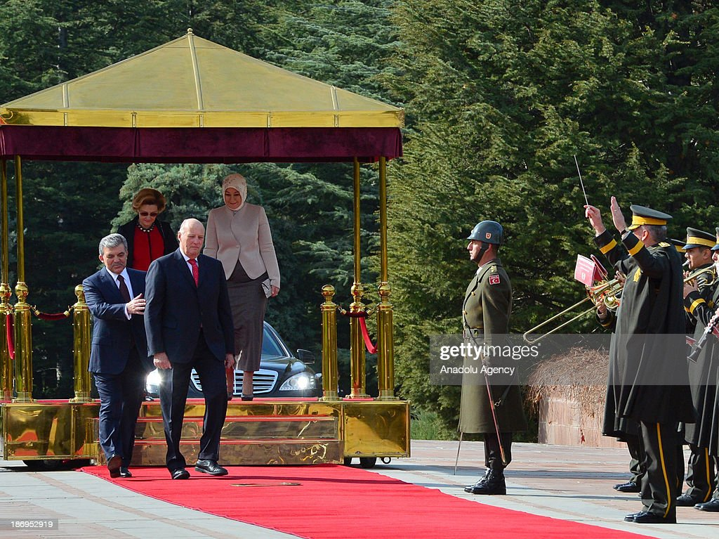 Turkish President Abdullah Gul (Front L) and King Harald V of Norway (Front R), Queen Sonja (Rear L) and Turkish President's wife Hayrunnisa Gul (Rear R) walk during the official welcoming ceremony on November 5, 2013 at Cankaya Presidential Palace in Ankara.