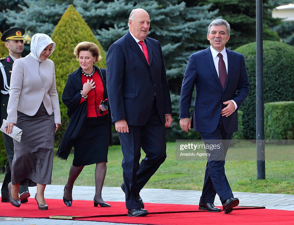 Turkish President Abdullah Gul (Front R), King Harald V of Norway (Front L), Queen Sonja (Rear R) and Turkish President's wife Hayrunnisa Gul (Rear L) walk during the official welcoming ceremony on November 5, 2013 at Cankaya Presidential Palace in Ankara.