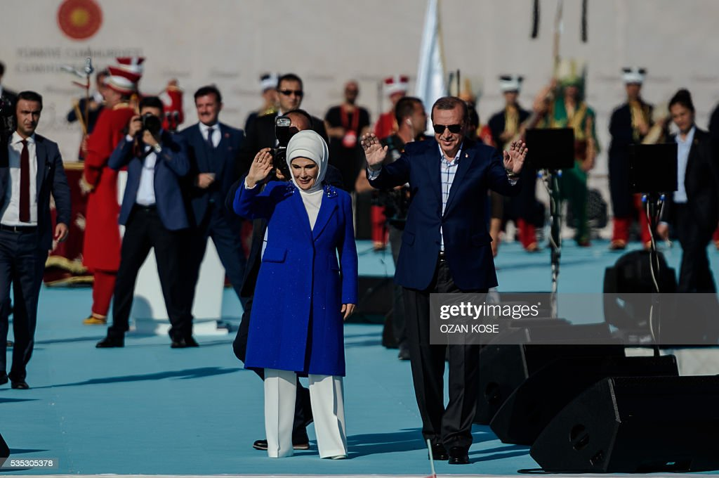Turkish President Recep Tayyip Erdogan (R) and his wife Emine Erdogan wave to supporters during a rally to mark the 563rd anniversary of the conquest of Istanbul by Ottoman Turks on May 29, 2016 in Istanbul. / AFP / OZAN